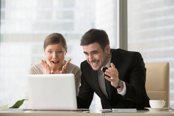パソコンを前に喜ぶ2人